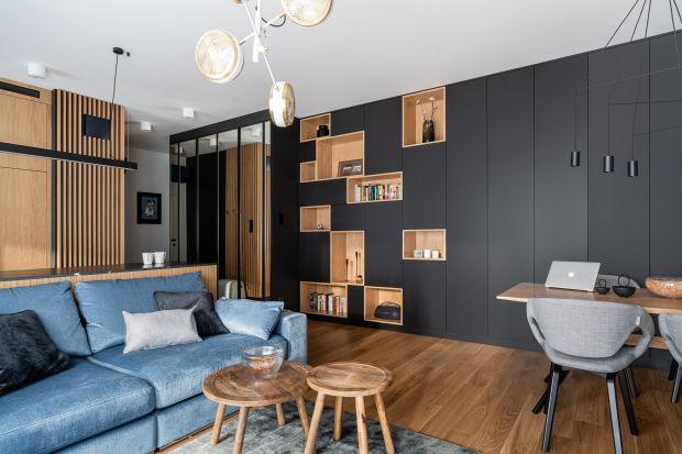 Projekt mieszkaniadla pary, która lubi ciemne kolory i na niewielkiej przestrzeni potrzebowała naprawdę sporo miejsca do przechowywania. Jak sobie z tym wyzwaniem poradziły architektki z pracowni AM Sokołowska Architektura Wnętrz? Zobaczcie!