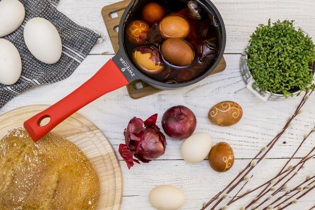Z czym najczęściej kojarzy nam się Wielkanoc? Oczywiście z pysznym jedzeniem! Żurek, biała kiełbasa, jajka z chrzanem, sporo majonezu, sałatka jarzynowa i oczywiście lukrowane mazurki. Ale to nie wszystko. Polska kuchnia regionalna to bogactwo ci