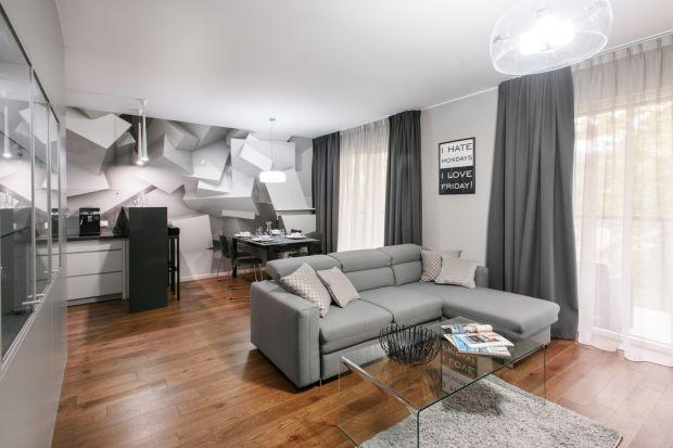 Właścicielka warszawskiego apartamentu szukała miejsca, które sprawdzi się jako przystań pomiędzy jej częstymi podróżami. Gdy je znalazła na jednym z nowoczesnych osiedli, o pomoc w urządzeniu poprosiła projektanta. To znany widzom telewizyjn