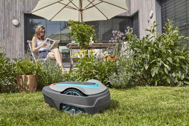 Roboty koszące to wciąż jeszcze nowa kategoria sprzętu ogrodowego. W ostatnich latach zyskuje jednak spore grono zwolenników. Jakie mają zalety? Na pewno do głównych zalet należą oszczędność czasu i wygoda użytkowania.