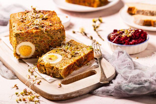 Klops z jajkiem, zwany inaczej pieczenią rzymską to pyszna potrawa z mięsa mielonego. Doskonale smakuje podawany zarówno na ciepło, jak i na zimno, dlatego też jest częstym bywalcem na świątecznych stołach.