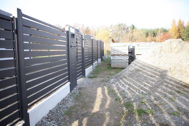 Budowa ogrodzenia wokół posesji to ważna inwestycja wpływająca na estetykę, ale też bezpieczeństwo. Warto więc decydując się na określone rozwiązania sprawdzić czy ich wykorzystanie nie pozostaje sprzeczne z zapisami prawa.