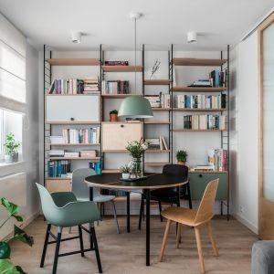 Niewielkie mieszkanie zaprojektowano w stylu skandynawskim w nowoczesnym wydaniu. Projekt: Raca Architekci. Fot. Fotomohito