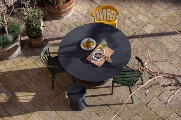 Tarasy, balkony i ogródki przydomowe to właściwie jedyne teraz miejsca, gdzie możemy cieszyć się słoneczną pogodą. Żeby tak się stało, trzeba najpierw urządzić wygodny i efektownie wyglądający kącik do relaksu na świeżym powietrzu.