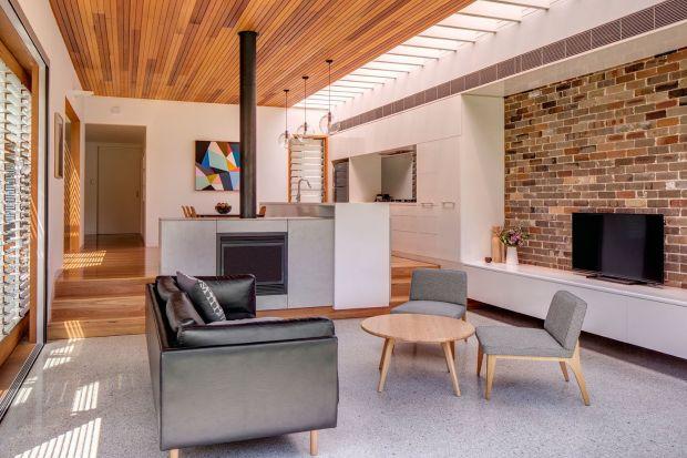 Dom powstał z modernizacji klasycznego budynku Jak zmienić go w nowoczesny i ekologiczny projekt? Tym architektom się udało!