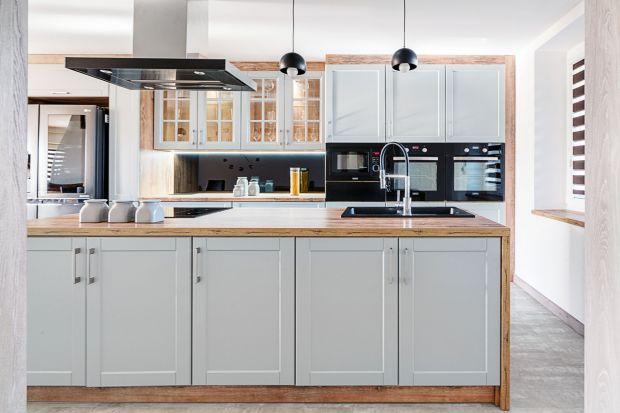 Ten projekt kuchni spodoba się wszystkim miłośnikom dobrego stylu i elegancji. Biel frontów i naturalne drewno blatów tylko dodają mu blasku i świeżości.