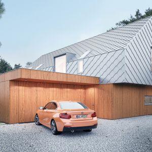 Ze względu na bliskość lasu sosnowego projektanci postanowili pokryć piętro domu blachą tytanowo-cynkową, ułożoną w łuskę. Projekt: Magdalena Gierczak, Zbigniew Gierczak