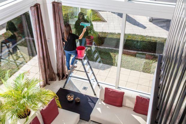Wiosna to czas wzmożonych prac porządkowych. Dbamy o ogrody, czyścimy nawierzchnie, ale myjemy także okna, by móc cieszyć się promieniami wiosennego słońca. Poza samą techniką mycia, końcowy sukces w dużej mierze zależy od dobrze przygotowan