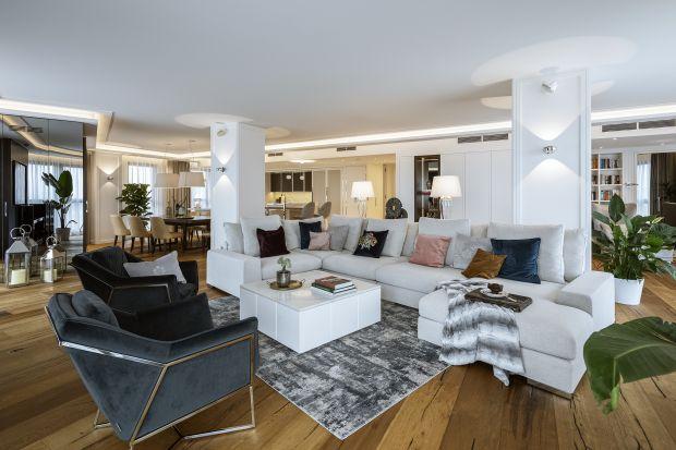 Ten warszawski apartament powstał w efekcie połączenia dwóch sąsiadujących ze sobą mieszkań. Zadanie zespołu HOLA Design polegało na wygodnym zaaranżowaniu całości i ocaleniu choć części wcześniejszego wyposażenia zgodnie z filozofią �