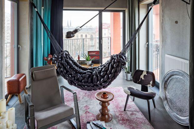 Ślady gipsowanych blizn, nieotynkowany beton bez make-upu. Architekt Przemo Łukasik z Medusa Group w swoim mieszkaniu na warszawskiej Pradze stworzył pragmatyczne i wyraziste wnętrze – spójne z architekturą budynku i złożoną tożsamością dzie