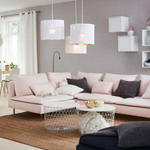 Meble do salonu dostępne w ofercie IKEA: szafki wiszące z kolekcji Eket, regał z kolekcji Besta, sofa z kolekcji Soderman, stoliki z kolekcji Kvistbro. Fot. IKEA