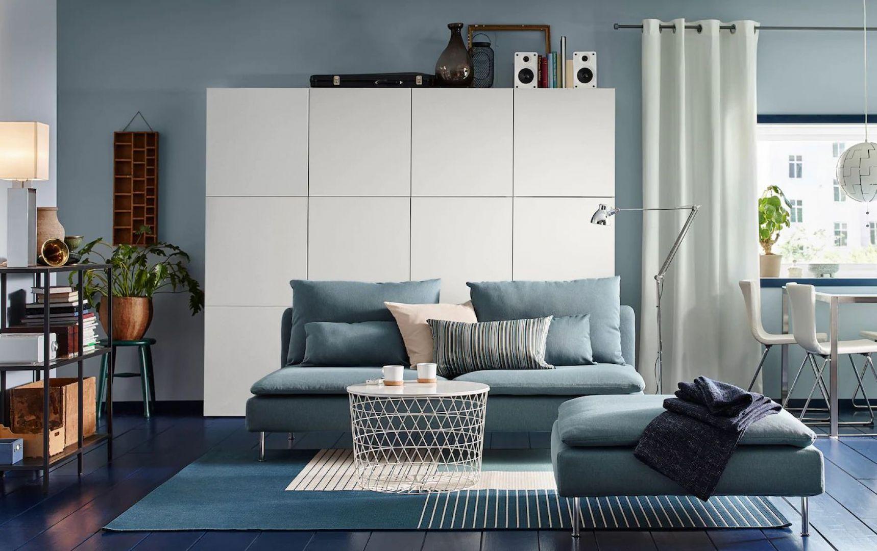 Meble do salonu dostępne w ofercie IKEA: szafa z kolekcji Eket, sofa z kolekcji Soderman, stoliki z kolekcji Kvistbro. Fot. IKEA