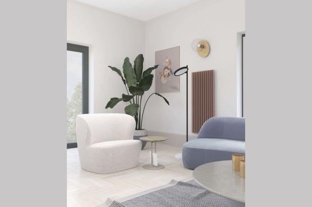 To wnętrze, którego aranżacja opiera się na wykorzystaniu koloru niebieskiego w różnej formie i ilości oraz balansowaniu odcieniami złamanej bieli.