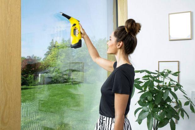 Znasz dobrze tę sytuację. Myjesz okna, starając się być dokładnym, korzystasz z najlepszego płynu do mycia, a jednak efekt twojej pracy nie jest zadowalający. Otarłszy pot z czoła, orientujesz się, że na szkle pozostały paskudne smugi. Co zro