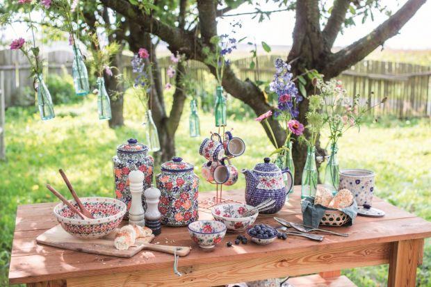 Bolesławiecka ceramika, produkowana od XIX wieku, to symbol nie tylko rodzimego miasta, ale i polskiego wzornictwa. Zobaczcie cudowne aranżacje stołu z jej udziałem!