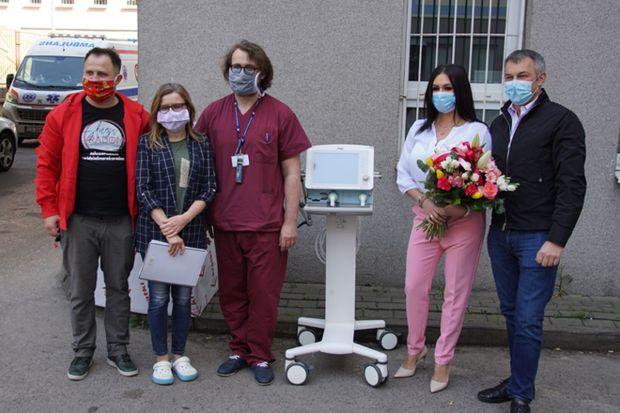 Nowoczesny respirator oraz 1200 litrów środków higienicznych, nieocenionych w walce <br />z koronawirusem przekazała placówkom służby zdrowia radomska firma Kratki.pl, renomowany producent ogrzewaczy gazowych, kominków, wkładów, pieców i