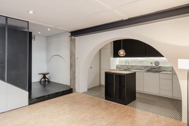 """W tym wnętrzu projektantkom udało sięstworzyć przestrzeń o domowej atmosferze, zachowując tożsamość """"przemysłową"""" miejsca. Pięknie i z wyczuciem połączyły czarną, zimną, dźwięczną stal z jasnym, ciepłym i wyciszającym korkiem.&"""