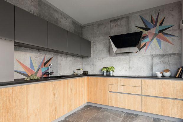 Kolor szary w kuchni to doskonały wybór. Jest uniwersalny i pięknie się prezentuje we wnętrzach. Szare mogą być meble w kuchni, ściany, podłoga, blat, dodatki. Wybór należy do Was.