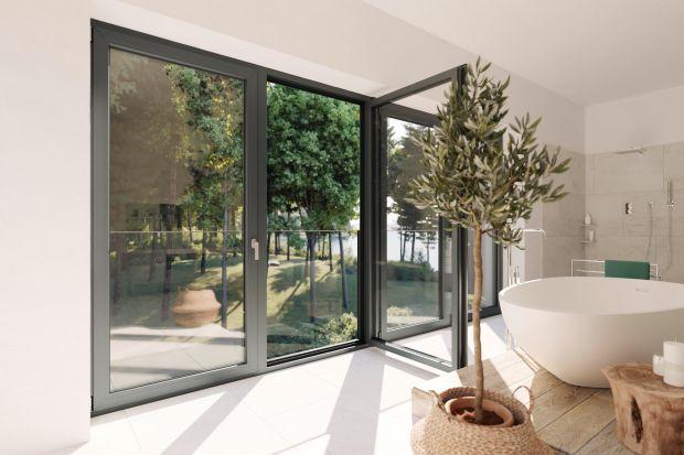Duże przeszklenia zacierają granicę między domem a ogrodem, otwierają przestrzeń. Piękna, niczym nie zachwiana tafla szkła to atut. Dotychczasowe balkony francuskie z balustradami psuły ten efekt. Metalowe elementy zasłaniały najważniejszą cz