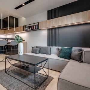 Małe mieszkanie o powierzchni 32 m2 - kuchnia i salon. Projekt: Dorota Pilor. Fot. Radosław Sobik