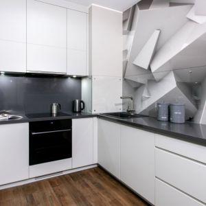 Pomysł na wykończenie ściany nad blatem w kuchni. Projekt: Dominik Ćwiek Fot. Komandor