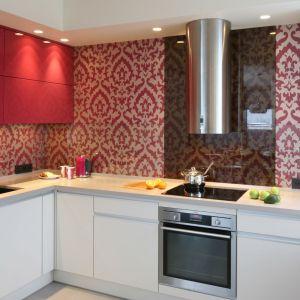 Pomysł na wykończenie ściany nad blatem w kuchni. Projekt: Małgorzata Borzyszkowska. Fot. Bartosz Jarosz