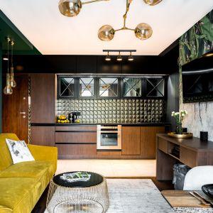 Świetny pomysł na urządzenie mieszkania o powierzchni 46 metrów kwadratowych. Projekt: Donata Gadalska. Fot. Jacek Fabiszewski
