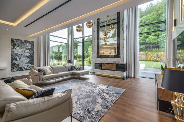Projekt luksusowej rezydencji o powierzchni ok. 1200 m2 był ogromnym wyzwaniem dla ekipy sopockiego biura Arte Dizain. Agnieszka Hajdas-Obajtek, właścicielka pracowni zaprojektowała zarówno całą bryłę domu, jak i zadbała o najmniejsze detalewe