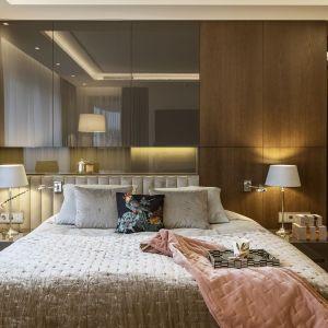 Pomysł na wykończenie ściany za łóżkiem w sypialni. Projekt HOLA Design. Fot. Yassen Hristov