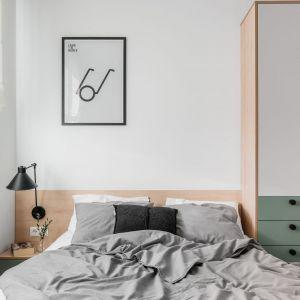 Pomysł na wykończenie ściany za łóżkiem w sypialni. Projekt: Raca Architekci. Fot. Fotomohito