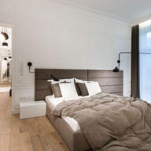 Pomysł na wykończenie ściany za łóżkiem w sypialni. Projekt: Nasciturus design. Fot. Hamish Cox