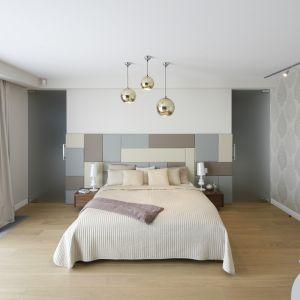 Pomysł na wykończenie ściany za łóżkiem w sypialni. Projekt: Katarzyna Mikulska-Sękalska. Fot. Bartosz Jarosz