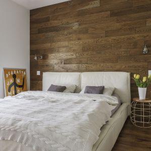 Pomysł na wykończenie ściany za łóżkiem w sypialni. Projekt: MAFGroup. Fot. Emi Karpowicz
