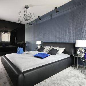 Pomysł na wykończenie ściany za łóżkiem w sypialni. Projekt: Marta Kilan. Fot. Bartosz Jarosz