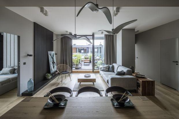 Nowoczesnego apartament w Warszawie emanuje spokojem i łagodnością. To miejscem, w którym zadomowiły się wspomnienia z podróży. Pracownia TILLA Architects stworzyła przestrzeń, w której spotykają się pasja do odkrywania tego, co nowe, oraz fa