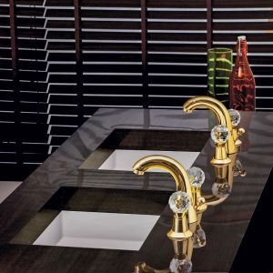 Biżuteryjne baterie umywalkowe Rendezvous w złotym wykończeniu z dekoracyjnymi kurkami. Dostępne w ofercie firmy Jaquar. Fot. Jaquar