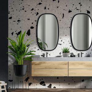 Dekoracyjne owalne lustro w czarnej ramie Dolio doskonale komponuje się z modnymi materiałami takimi jak beton, drewno czy lastryko. Dostępne w ofercie firmy Giera Design. Fot. Giera Design