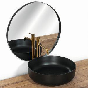 Okrągła umywalka nablatowa Elma w czarnym matowym wykończeniu świetnie komponuje się z armaturą w kolorze złotym (na zdj. bateria Lugano high gold). Dostępna w ofercie firmy Rea. Fot. Rea