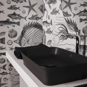Umywalka nablatowa Ipalyss z materiału Diamatec ma supercienkie ranty (3,5 mm). Do wyboru 10 kolorów, m.in. biały lub czarny (połysk i mat), jasnobrązowy, szary, czerwień granatu, cielisty, miętowy, jasnoniebieski i szałwiowy. Projekt: Robin Levien. Dostępna w ofercie firmy Ideal Standard. Fot. Ideal Standard