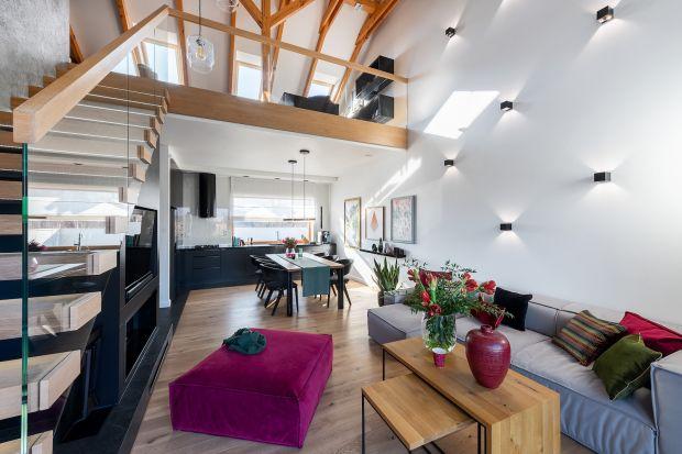 """Le Corbusier powiedział, że dom jest """"maszyną do mieszkania"""". O to, by nie była bezduszna zadbali właściciele podkarpackiego domu. Tu otwarta przestrzeń jest miłym dla zmysłów, przyjaznym schronieniem."""