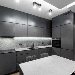 Mieszkanie w modnych szarościach. Zobacz wnętrze urządzone w stylu minimalistycznym. Laminam x Deer Design - realizacja_foto Dariusz Majgier