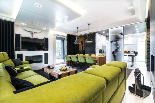 Beton architektoniczny, rozbiórkowe drewno, zielona ściana z mchu. Ten dom urządzony w nowoczesnym stylu zachwyca oryginalnością iniezwykle ciekawymi rozwiązaniami.Jest piękny!