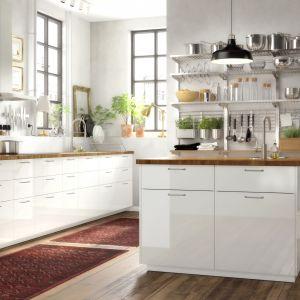 W pełni wysuwana szuflada Maximera zapewnia dobrą widoczność i dostęp do zawartości. Zamyka się powoli, cicho i delikatnie dzięki wbudowanym amortyzatorom. Fot. IKEA