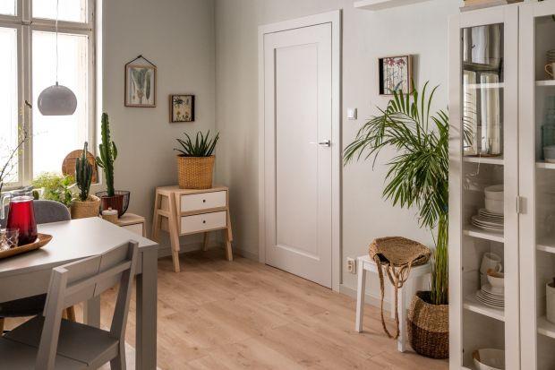 Domowa podłoga mierzy się z licznymi wyzwaniami: intensywnym użytkowaniem w przedpokoju, przesuwaniem mebli w salonie, wilgocią w łazience. Jak wybrać podłogę odpowiednią do każdego z tych wnętrz? Podpowiada Piotr Szczęśniak, ekspert technicz