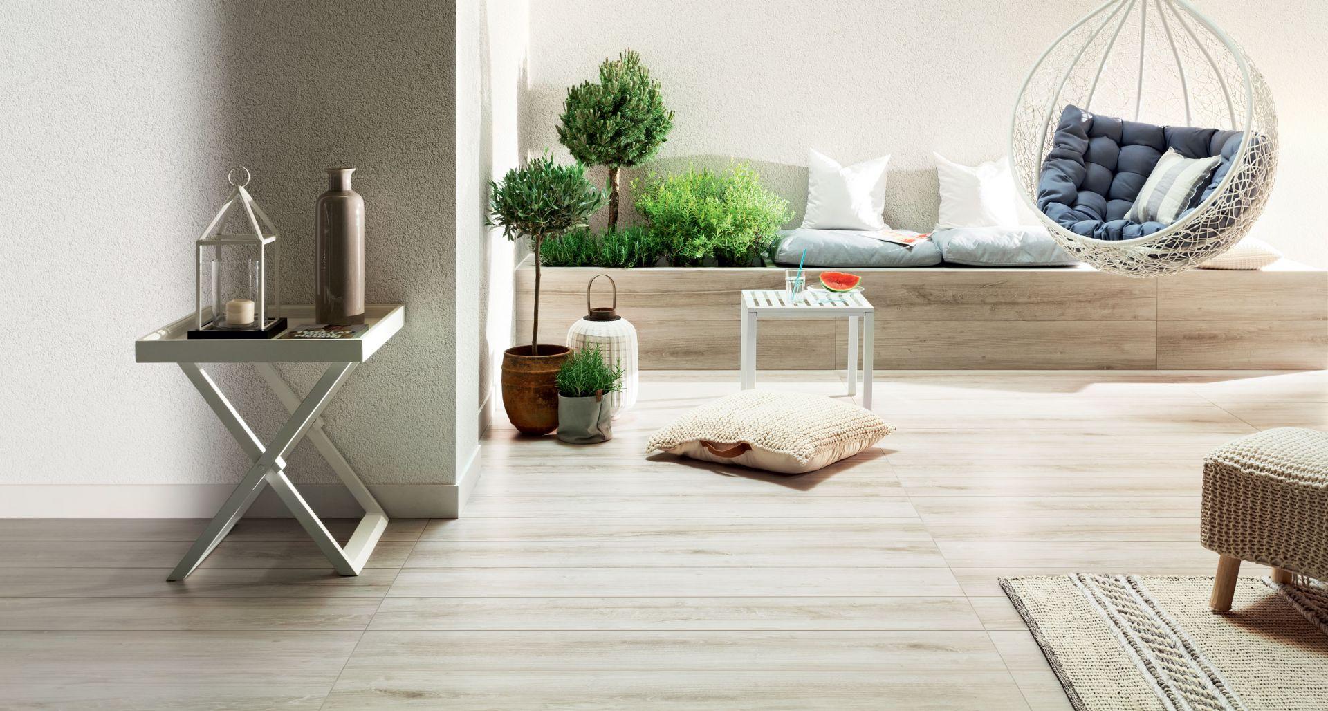 Aranżacja tarasu z wykorzystaniem płytek gresowych Wood Craft grey STR marki Korzilius.