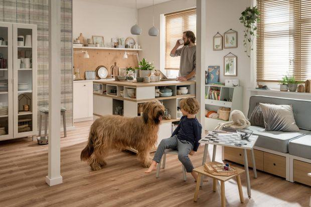 Każdy dom to układanka elementów, które tworzą część prywatną i tę do wspólnego przebywania. Zwłaszcza w salonie. Kilka prostych rozwiązań aranżacyjnych oraz przemyślany wybór mebli sprawią, że stanie się on przestrzenią, w której ws