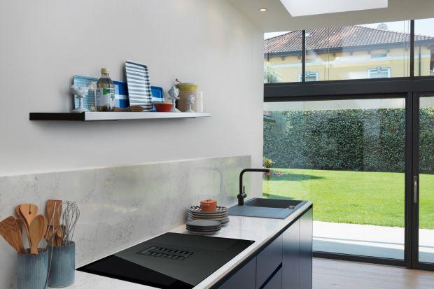 Jak wyglądają współczesne kuchnie? Są minimalistyczne w stylu i wielofunkcyjne <br />w działaniu. Taki też jest zintegrowany z płytą okap.