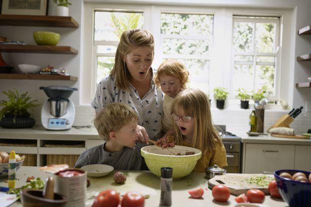 Fantazyjne desery, wakacyjne dania zachwycające kolorami, a może coś bardziej skomplikowanego dla przyszłych szefów kuchni – pomysłów na wspólne, rodzinne gotowanie jest mnóstwo. A czas spędzony w kuchni z najmłodszymi to nie tylko zabawa, al