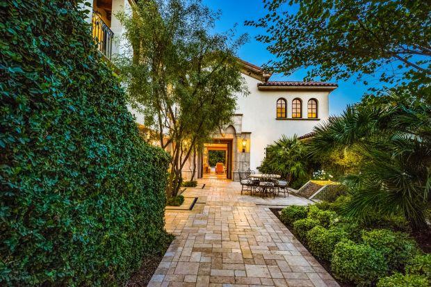 500 m2, winiarnia, basen i spa, tarasy z widokiem na góry - tak w Kalifornii mieszka aktor-bohater wielu kultowych filmów i gwiazda popkultury - Sylwester Stallone. Zapraszamy do przechadzki po jego imponującej rezydencji!