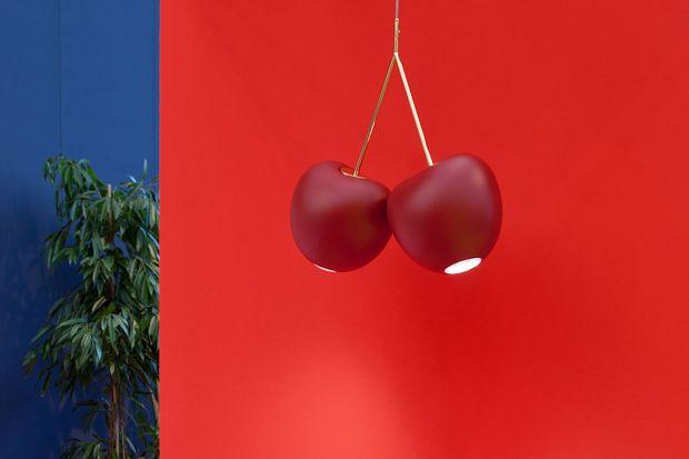 Słoweńska projektantka jest jedną z najjaśniejszych gwiazd światowego designu. Dzisiaj przybliżamy jeden z jej najsłynniejszych projektów - lampę Cherry dla holenderskiej marki Queeboo.